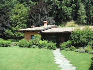 Sistemazione esterna di casa privata con piscina (coperta - scoperta) nord Piemonte Garage/Rimessa in stile moderno di Bozzalla Canaletto - Architettura del Giardino e del Paesaggio Moderno