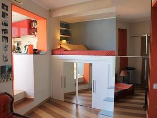 Panoramica della zona notte, a destra la cucina Camera da letto moderna di UAU un'architettura unica Moderno