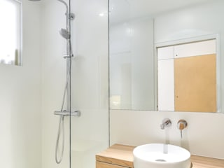 Un appartement optimisé de 30m²: Salle de bains de style  par RICHARD GUILBAULT ARCHITECTE