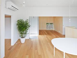 桂川の住宅: MASAAKI TAKAHASHI architectsが手掛けたリビングです。
