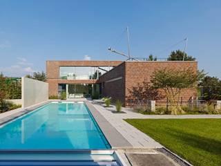 Rückansicht mit Pool: minimalistische Häuser von bdmp Architekten & Stadtplaner BDA GmbH & Co. KG