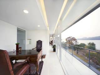 Floating House: hyunjoonyoo architects의  거실