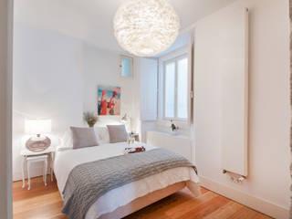 bedroom: Quartos ecléticos por Home Staging Factory