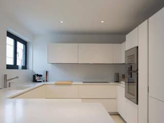 Casa Maggi - Lugano - Ticino (CH) Cucina moderna di atelierB-architetti Moderno