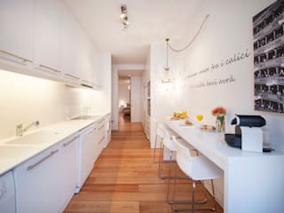 white kitchen: Cozinhas  por Home Staging Factory,