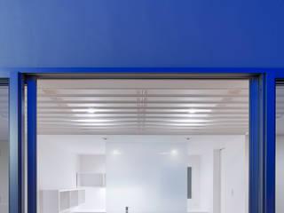 Baños de estilo moderno de AIDAHO Inc. Moderno