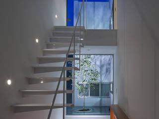 Pasillos, vestíbulos y escaleras modernos de AIDAHO Inc. Moderno