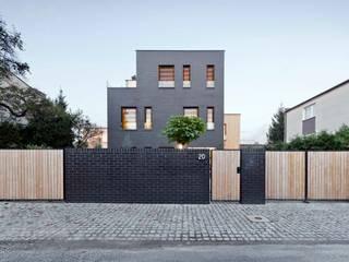 Dom jednorodzinny / elewacja frontowa Minimalistyczne domy od Easst.com Minimalistyczny