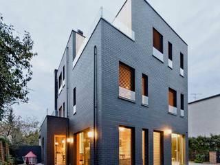 Dom jednorodzinny / perspektywa 2: styl , w kategorii Domy zaprojektowany przez Easst.com