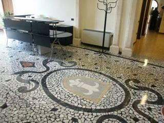Klasyczny korytarz, przedpokój i schody od Giuseppe Maria Padoan bioarchitetto - casarmonia progetti e servizi Klasyczny