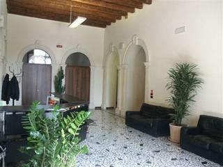 Коридор, прихожая и лестница в классическом стиле от Giuseppe Maria Padoan bioarchitetto - casarmonia progetti e servizi Классический