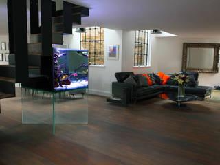 Floating Aquarium モダンデザインの リビング の Aquarium Architecture モダン