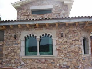 Ventana doble Gótica con base,columna y capitel.: Ventanas de estilo  de James Rossell