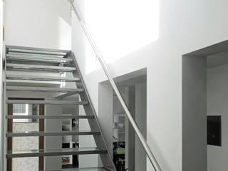 Transparenz und Überschneidung - Nicht unterkellertes Einfamilienhaus mit Carport. Minimalistischer Flur, Diele & Treppenhaus von Architekturbüro Ralf Hatzmann Minimalistisch