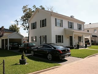 Casas de estilo clásico por THE WHITE HOUSE american dream homes gmbh