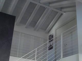 Attico Miozzo/Valentini: Ingresso & Corridoio in stile  di Studio di architettura_Claudio Dorigo architetto