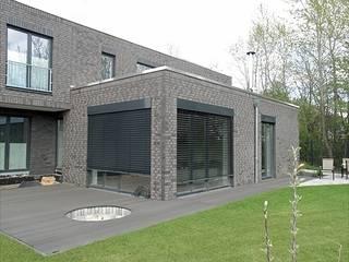 Transparenz und Überschneidung - Nicht unterkellertes Einfamilienhaus mit Carport. Minimalistischer Balkon, Veranda & Terrasse von Architekturbüro Ralf Hatzmann Minimalistisch