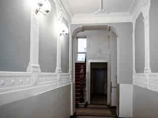 KPS_L Apartment renovation in Fshain, Berlin Ingresso, Corridoio & Scale in stile classico di RARE Office Classico