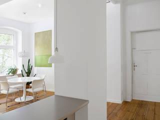 WDG Apartment Renovation in Fshain, Berlin RARE Office Moderner Flur, Diele & Treppenhaus
