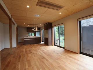 Salas de estilo moderno de スタジオ4設計 Moderno