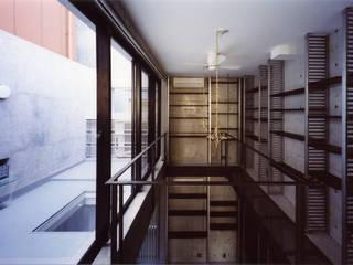 都心商店街の一角にある狭小住宅 モダンデザインの リビング の スタジオ4設計 モダン
