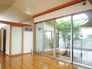 風の抜ける家 モダンデザインの リビング の スタジオ4設計 モダン