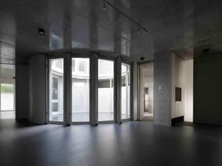 水盤のある都市型コンクリート住宅 モダンデザインの リビング の スタジオ4設計 モダン