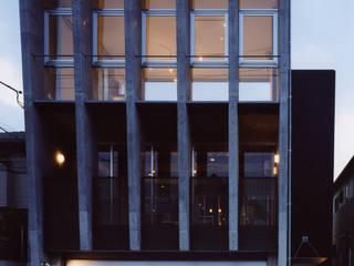 中庭を囲む3世代の家 モダンな 家 の スタジオ4設計 モダン