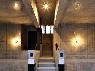 蔵のようなコンクリート住宅 モダンデザインの ガレージ・物置 の スタジオ4設計 モダン
