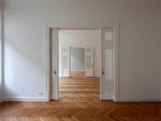Stadtwohnung in Berlin Klassische Wohnzimmer von Eingartner Khorrami Architekten BDA Klassisch