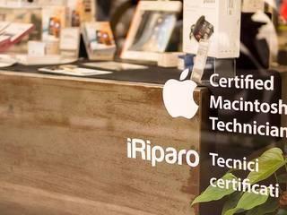 iRiparo: Spazi commerciali in stile  di Andrea Agamennone Architetto