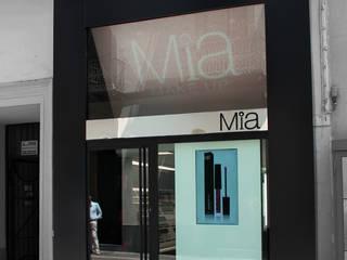 esempio di portale su strada.: Negozi & Locali commerciali in stile  di Studio Architettura Pappadia