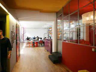 Trasformazione in studio di un'autofficina a San Salvario, Torino Spazi commerciali in stile industrial di TRA - architettura condivisa Industrial