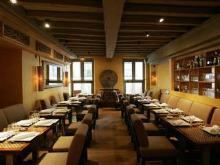 Custom made furniture for a Paris restaurant: Restaurants de style  par Matahati