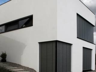 Neubau WOHNHAUS:  Multimedia-Raum von di architekturbüro