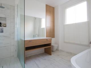union square bathroom Ванная комната в стиле модерн от Powell Picano Модерн