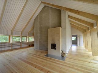Haus Crussow: minimalistische Wohnzimmer von ANNABAU