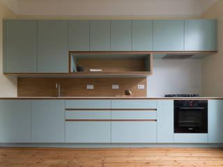 Crouch End Kitchen Кухня в стиле модерн от Powell Picano Модерн