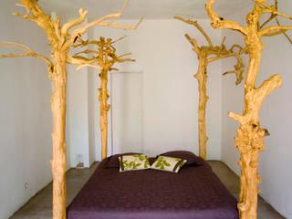 Custom made Tree bed:  de style  par Matahati