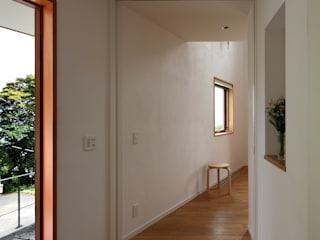 Pasillos, vestíbulos y escaleras de estilo escandinavo de 長浜信幸建築設計事務所 Escandinavo