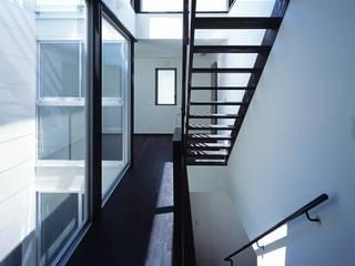 Modern corridor, hallway & stairs by 有限会社アルキプラス建築事務所 Modern