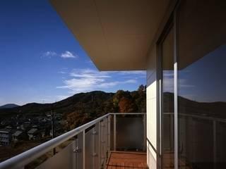 Balcones y terrazas de estilo moderno de 有限会社アルキプラス建築事務所 Moderno