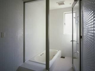 Baños de estilo moderno de 有限会社アルキプラス建築事務所 Moderno