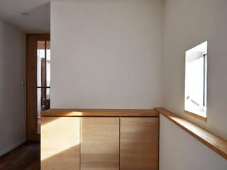 Scandinavian style corridor, hallway& stairs by 1級建築士事務所 アトリエ フーガ Scandinavian