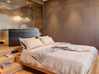Luce ed atmosfera per l'ambiente in cui si inizia e si termina la giornata Camera da letto minimalista di Andrea Bella Concept Minimalista