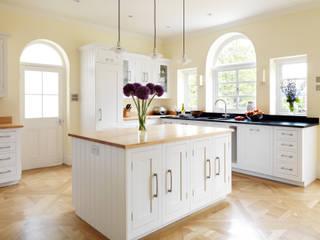 Painted Shaker kitchen by Harvey Jones:  Kitchen by Harvey Jones Kitchens
