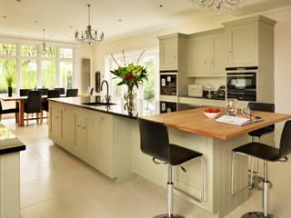 Painted Shaker kitchen by Harvey Jones Cocinas clásicas de Harvey Jones Kitchens Clásico
