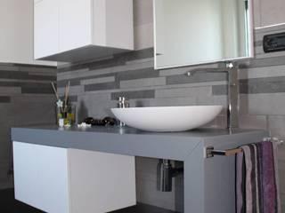 Appartamento in Bari - Sfumature di grigio in bagno di SILVIA ZACCARO ARCHITETTO Moderno