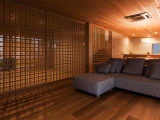 KAWARA: 宝角建築アトリエが手掛けたリビングです。,