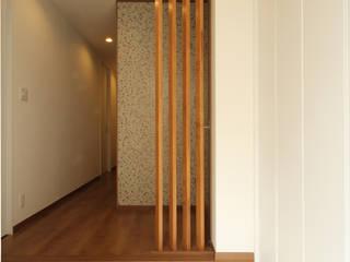 Pasillos, vestíbulos y escaleras de estilo ecléctico de 三浦喜世建築設計事務所 Ecléctico